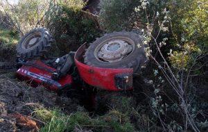 Traktör devrildi; 2 yaralı