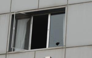 Otel camına kurşun isabet etti