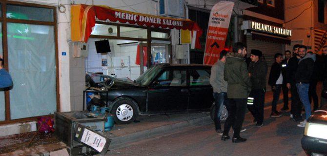 15 yaşındaki alkollü sürücü dönerci dükkanına girdi