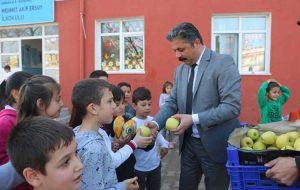 Bayramiç Belediyesi'nden öğrencilere elma