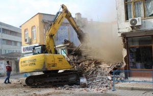 Tehlikeli bina yıkıldı