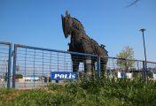 Troya atı, barikat ardında kaldı
