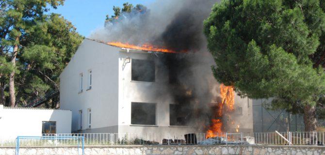 Yıkımı yapılan okul binasında yangın