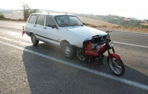 Motosiklete arkadan çarptı