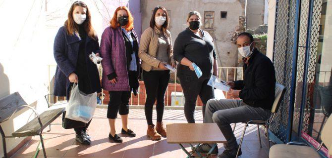 İYİ Parti'li kadınlar maske dağıttı