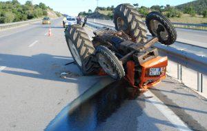 Traktör takla attı