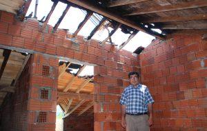 Evin çatısına yıldırım düştü