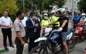 Motosiklet sürücülerine kask denetimi