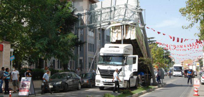 Damperi açık kalan kamyon, tabelaya çarptı